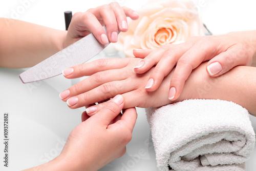 Obraz na Szkle Piękne dłonie z manicure francuski