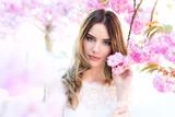 Junge Frau mit natürlichem Make-up und Styling, Frühling, Blüten, Blumen - 109432618