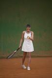 giovane tennista si prepara a battere