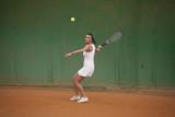 tennista si prepara a colpire la pallina