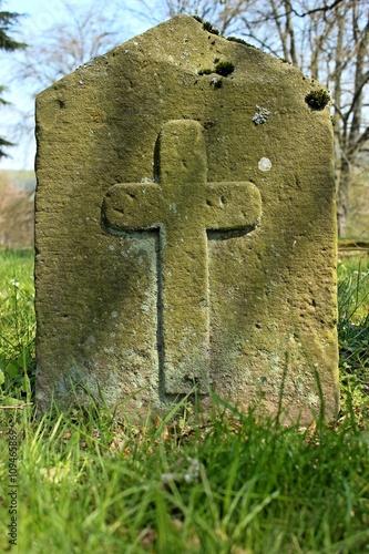 Alter Grabstein mit Kreuz Poster