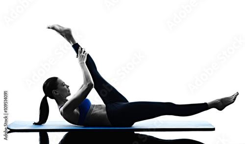 kobieta-pilates-cwiczenia-fitness-na-bialym-tle