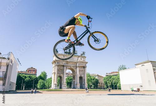 Deurstickers Bicycle rider performing tricks
