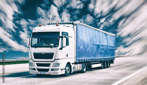 Naklejka Transport von Gütern mit LKW - fahrender Lastkraftwagen auf der Autobahn // shipping