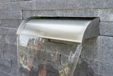 Fototapety Moderner Wasserfall aus Edelstahl im Garten