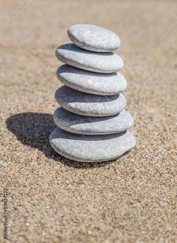 stos-kamieni-zwirowych-na-rownowage-na-piasku