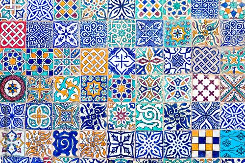 mozaika-tworzona-przez-plytki-o-roznych-wzorach