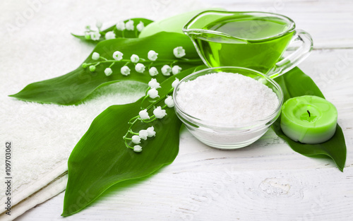 Obraz na Szkle Spa. sea salt essential oils and lily of the valley