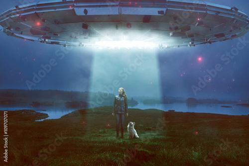 Frau und Hund sehen UFO über sich