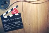 Kino Hintergrund mit Filmklappe, Eintrittskarten und Filmrolle - 109734202