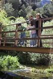 Familia sobre el puente de un río