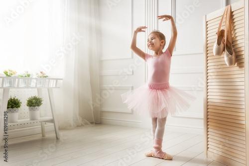 fototapeta na ścianę girl in a pink tutu