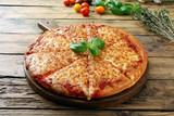 pizza margherita su sfondo tavolo legno rustico