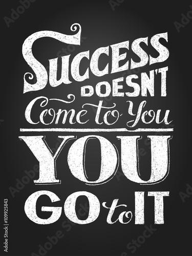 inspirujacy-cytat-motywacyjny-sukces-nie-nadchodzi