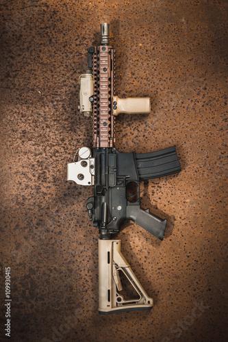 karabin-szturmowy-na-zardzewialej-blachy-stalowej