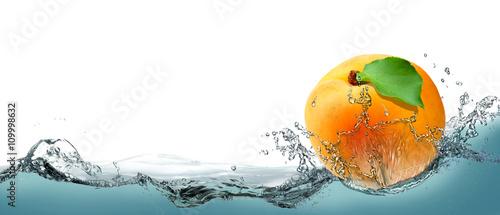 zolta-soczysta-morela-jako-karta-na-tle-wody
