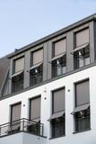 Fenster mit grauem Sonnenschutz