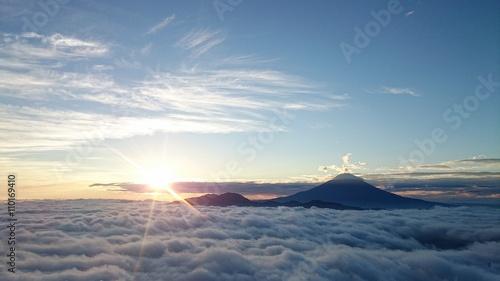 富士山を取り巻く雲海と御来光
