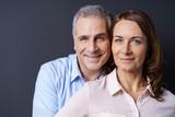 Fototapety attraktives älteres paar umarmt sich
