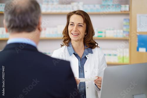 Papiers peints Pharmacie apothekerin berät einen kunden