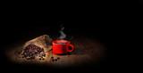 grains de café avec une tasse rouge