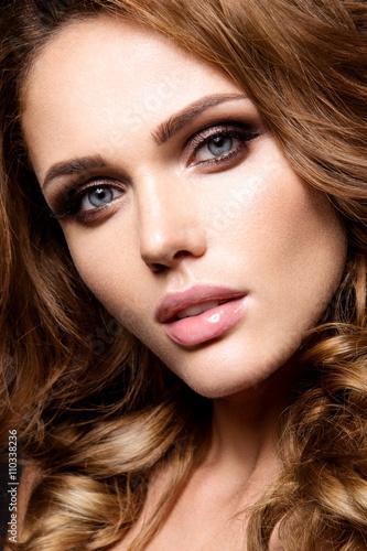 Póster Primer plano retrato de mujer hermosa con maquillaje brillante y el pelo rizado