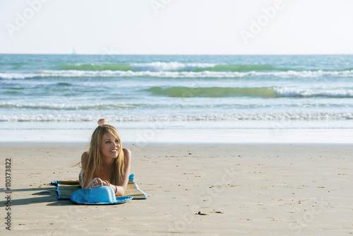 Zdjęcia na płótnie, fototapety, obrazy : Beautiful young woman on mat against of seascape