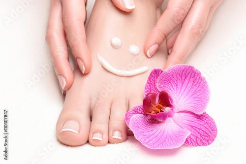 Manicure francuski u stóp i dłoni