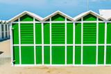 Cabine da spiaggia verdi scuro e bianche