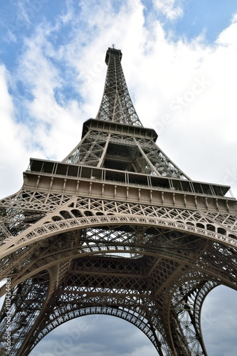 Póster Vue depuis le dessous de la tour Eiffel