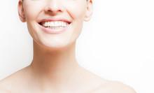 Kobieta uśmiecha się, białe tło, copyspace