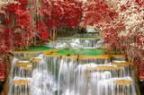 Wodospad w lesie jesienią.