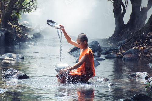 Staande foto Boeddha monk play water