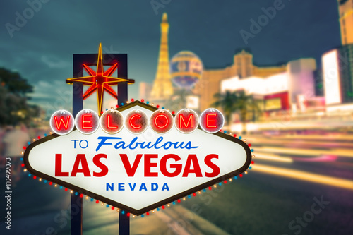 Zdjęcia Welcome to fabulous Las vegas Nevada sign with blur strip road b