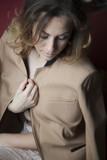 donna che ha freddo alza il bavero della giacca