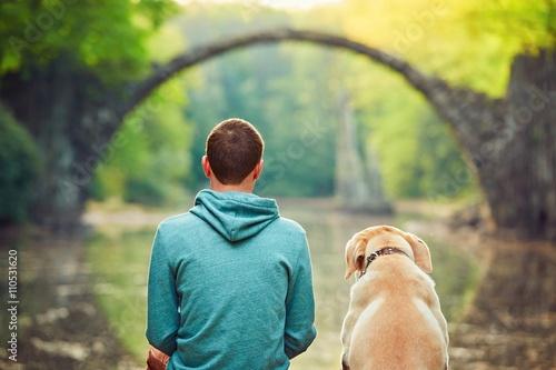 Zamyślony człowiek siedzi z psem