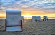 Strandkörbe am Sandstrand auf der Insel Usedom im Sonnenaufgang