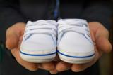scarpette da battesimo bimbo nelle mani di papà