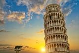 Krzywa wieża i baptysterium katedry we Włoszech