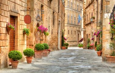 Fototapeta kolorowa uliczka w Toskanii