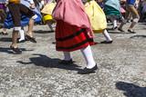 Pies con alpargatas. Bailarines bailando en la calle. Baile tradicional extremeño. Vestimenta tradicional.