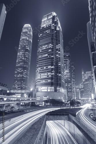 nowozytny-budynek-biurowy-i-autostrada-w-hong-kong-miescie