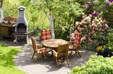 Tisch und Gartenkamin im Garten - 110729829