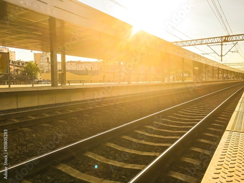 Peron kolejowy przy zachodzie słońca
