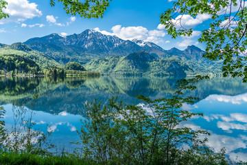 Kochelsee und Herzogstand in Bayern mit grüner Umrahmung © Andy Ilmberger