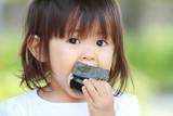 おにぎりを食べる幼児(1歳児)