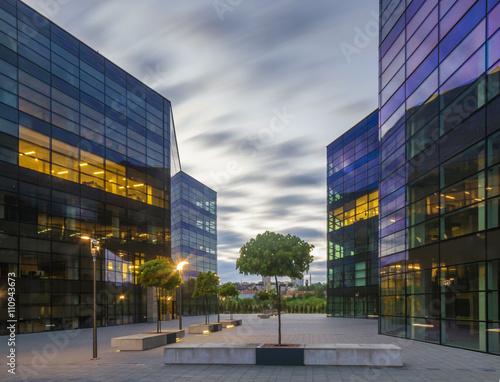 Nowoczesne budynki biurowe nocą