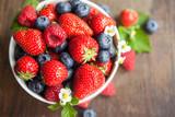 Frische Beerenmischung aus Erdbeeren Himbeeren und Heidelbeeren