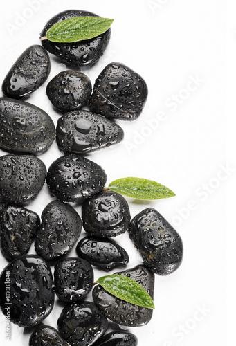zdrojowe-kamienie-bazaltowe-i-zielone-liscie-z-kropla-wody