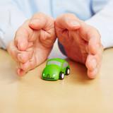 Hände bieten Sicherheit für kleines Auto